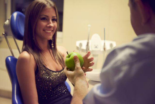 Zahnarzt und Patient in der Zahnarztpraxis in Ungarn