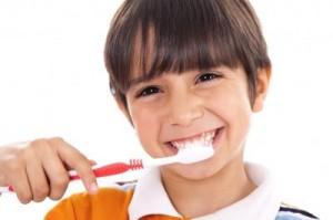 Kind mit der Zahnbürste in der Zahnklinik Ungarn, Mosonmagyarovar