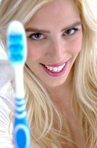 Dame mit Zahnbürste in der Zahnklinik Ungarn