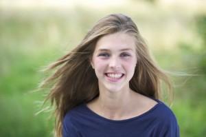 Junge Frau mit schönen Zähnen