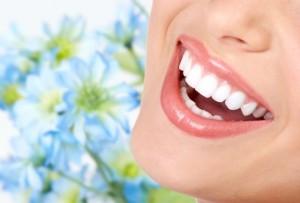 Frau und schöne Zähne in der Zahnarztpraxis Ungarn, Mosonmagyaróvár